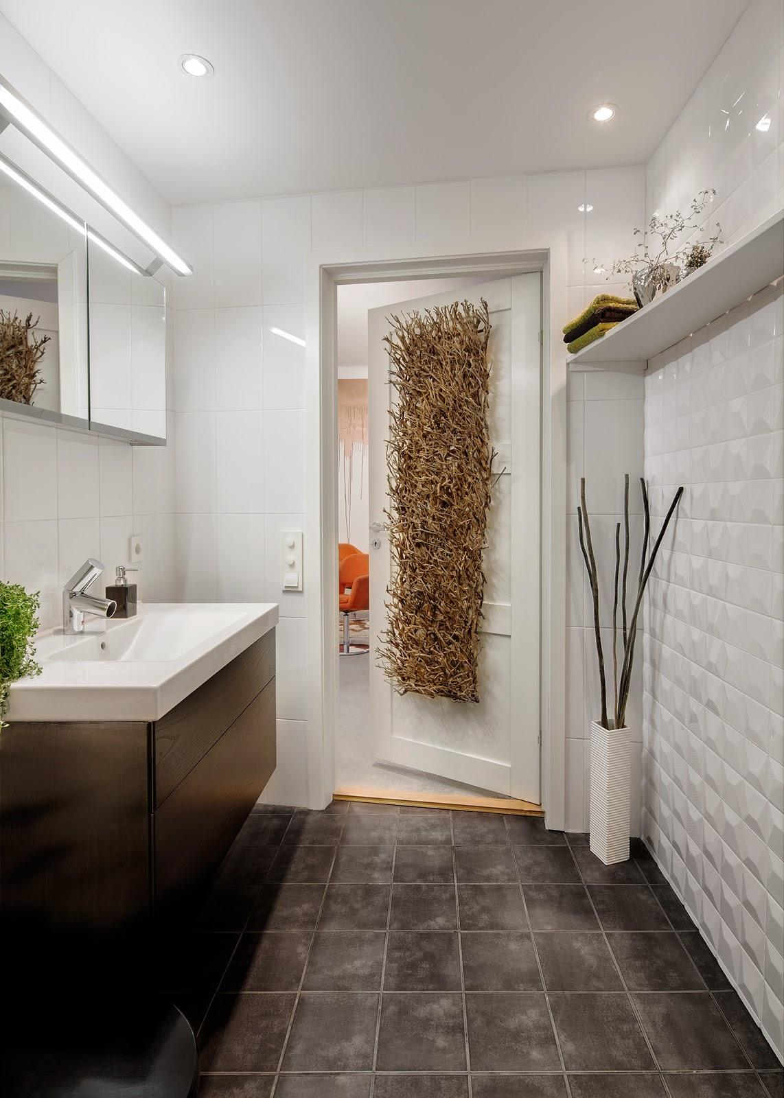 ... i badrummet blir plattorna 20 20 med 10 10 i duschen och i andra  toaletten blir golvet lagt i plattor 10 10. Det blir ett brunt golv från  konradssons c0d6a38e95d4b