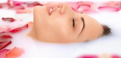 فوائد ماء الورد للعناية بالبشرة قبل النوم وأقعنة تمنحك بشرة متألقة دائماً
