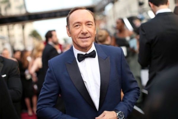 """8 Former and Current """"House of Cards"""" Employees accuse Kevin Spacey of Sexual Harassment"""