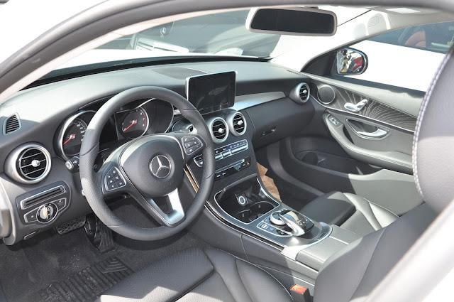 Nội thất Mercedes C200 2017 thiết kế hiện đại, thể thao, hướng đến khách hàng trẻ tuổi