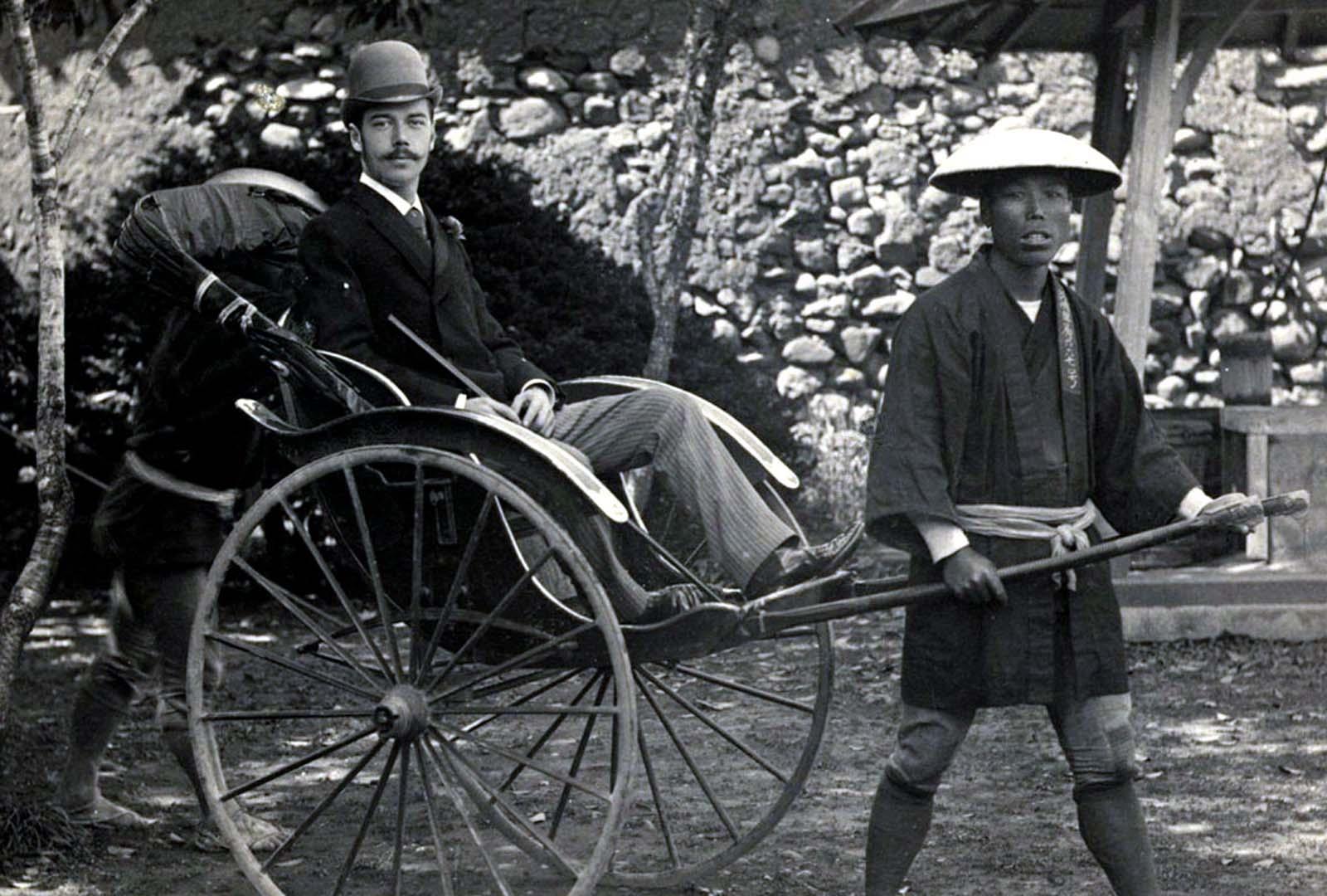 Tsarevich Nicholas (futuro zar Nicolás II) en Nagasaki durante su viaje al este, 1891.