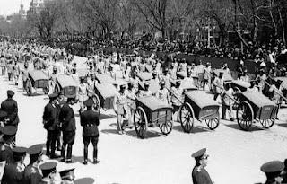 Imagen del desfile en la Castellana. En primer plano los barrenderos.