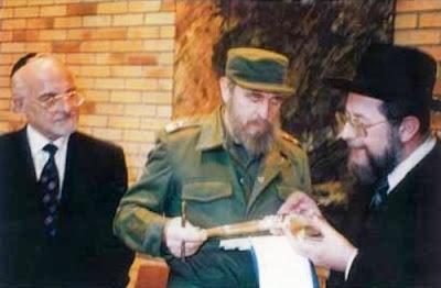 """Así lo aseguró David Prinstein, vicepresidente de la Comunidad Hebrea de Cuba, quien también destacó que """"Los judíos de Cuba recuerdan con felicidad y júbilo cuando Fidel asistió como Presidente de la República y con motivo de la  festividad de Januka a nuestra sinagoga, fue una muestra de respeto a la Comunidad"""", recordó, también reconoció que aquella alegría """"puede ser"""" un desahogo por los momentos difíciles que vivieron como judíos en Cuba. FOTO: El Rabino Ashkenazi de Israel Israel Meir Lau con el Presidente de Cuba Fidel Castro haciendo entrega de un Shofar de plata,año 1994."""