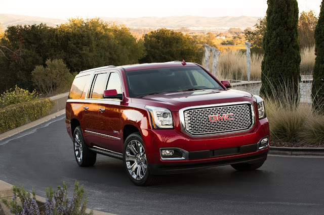 Front 3/4 view of 2017 GMC Yukon XL Denali