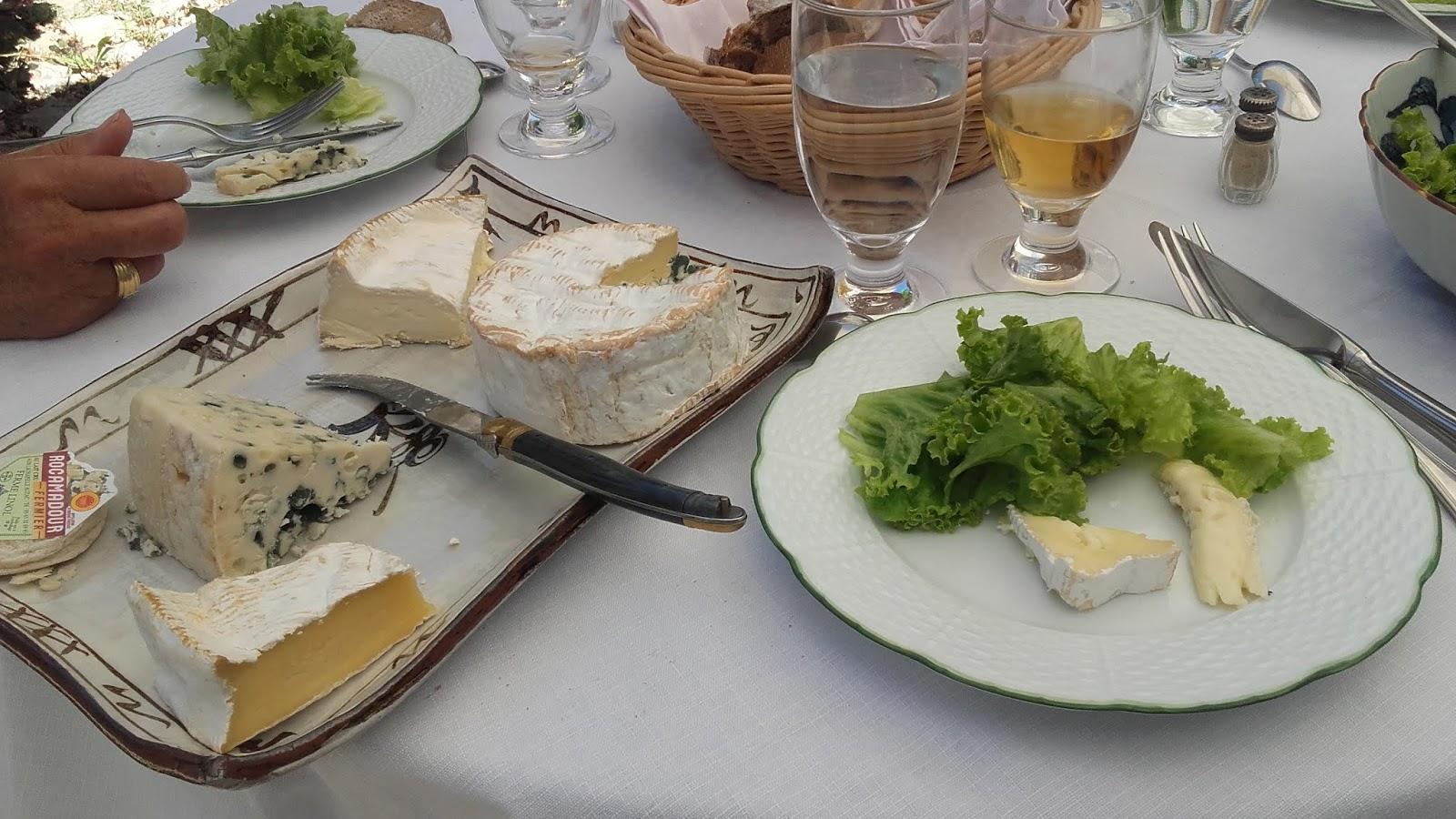 S En Suivent Un Plateau De Fromages Et Salade Avec Camembert Au Lait Cru La Norman