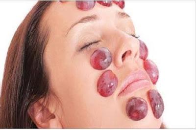 ماذا يحدث عندما تضع بعض حبات العنب على وجهك بهذه الطريقة