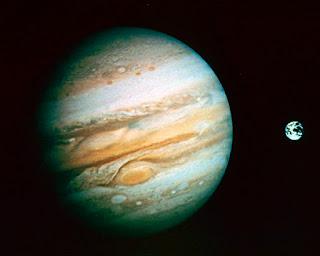 Giove vicino alla Terra visibile da binocolo