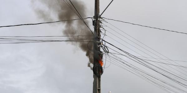 AMARGOSA: POSTE EM CHAMAS DURANTE CURTO-CIRCUITO NO CENTRO DA CIDADE