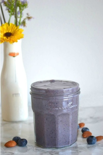 Brain Boosting Smoothie.  Bahan: susu almond, blueberry, almond, pisang, madu, flax seed.