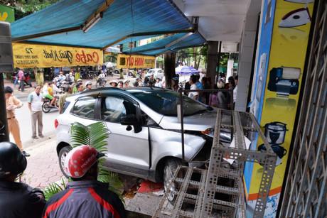 Quảng Ngãi Ngồi trong nhà bị ô tô tông nhập viện
