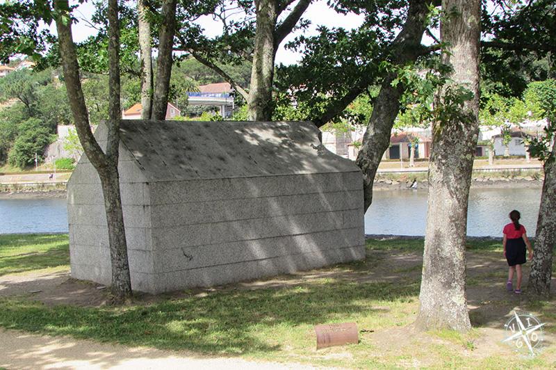 La Casita de José Pedro Croft, casa sin ventanas ni puertas en a illa das Esculturas en Pontevedra