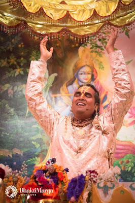 Paramahamsa vishwananda podczas kirtanu