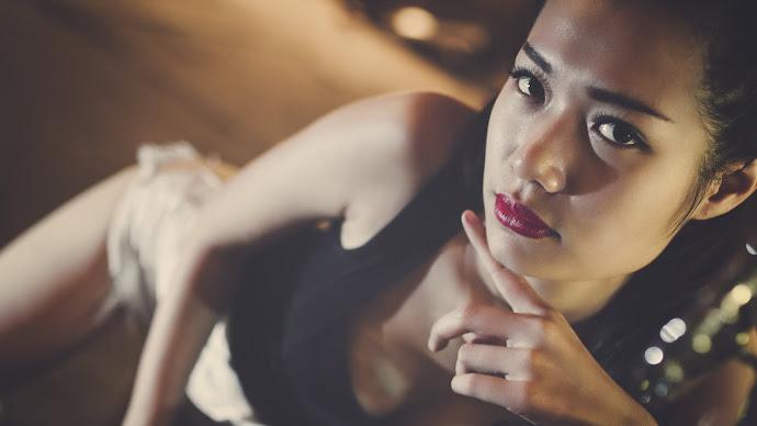 Wallpaper: Brunette Model Portrait