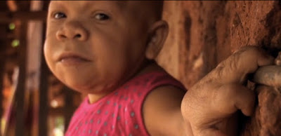 Mulher Presa no corpo de uma Criança