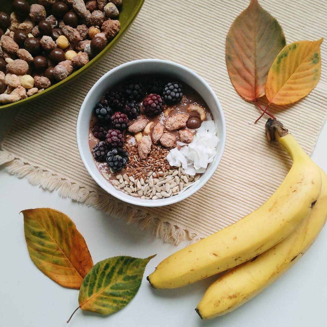 Čokoládová smoothie miska s ovocem, kokosem, semínky a oříšky