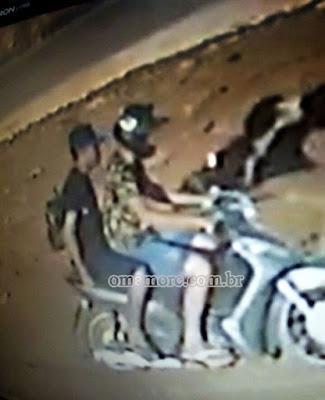 Ladrões invadem comércio e roubam motocicleta