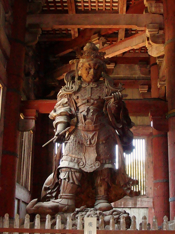 Riesige Holzfigur im Todaiji Tempel Nara
