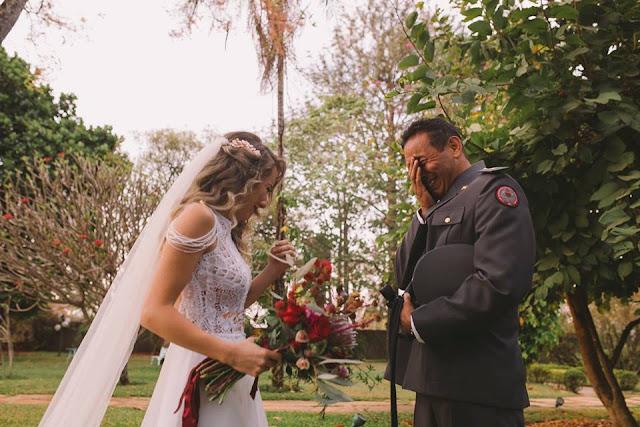 Casamento rústico, casamento real, DIY, marsala, noiva, noiva caminhando,buquê, marsala, buquê desconstruído, noiva emocionada, pai da noiva emocionado