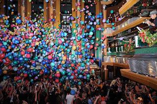 Balon drop adalah balon yang dipasang diplafon atau dilangit-langit dan dijauthkan kebawah