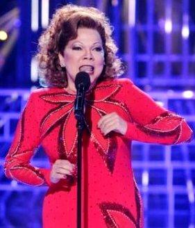 Foto de Angela Carrasco cantando en concierto