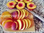 Prajitura cu piersici preparare reteta - taiem fructele felii