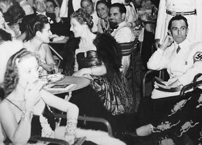 Magda Goebbels con su marido en una fiesta del partido