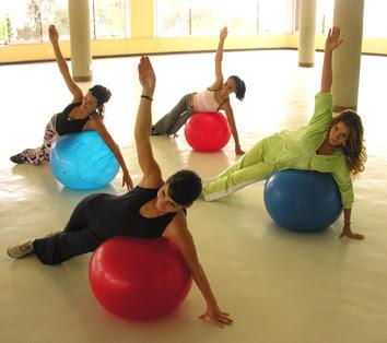 Los ejercicios con pelotas grandes se proponen como una disciplina de  movimiento para ser integrada a otras técnicas 80b6b3c56587