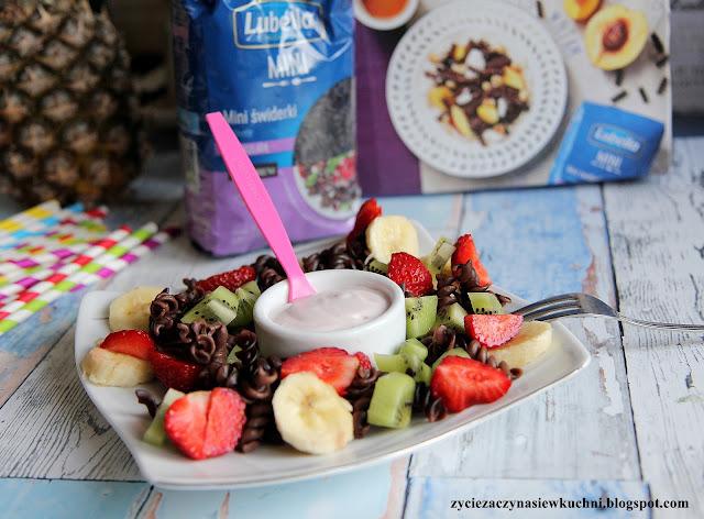 Czekoladowy makaron z owocami i jogurtem a' la sałatka #lubelloveinspiracje #lubella #lubellamini