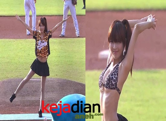 Instruktur Yoga Seksi Bikin Heboh Pertandingan Baseball di Taiwan Cina