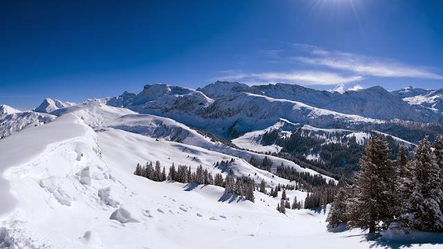Bergen bedekt met verse sneeuw