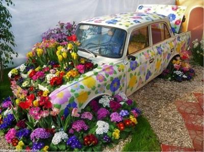 7 Ide Manfaatkan Mobil Bekas jadi Pot Bunga