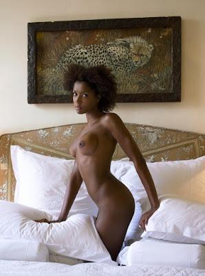 голенькая красавица негритянка показывает груди