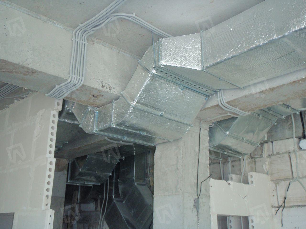 Каждый сантиметр высоты потолка играет большую роль. Поэтому в месте обхода воздуховодами ригеля мы изменяем высоту воздуховода на минимально допустимую