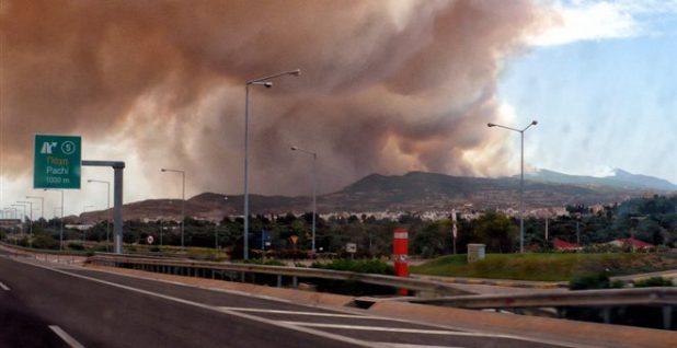 Φωτιά στην Κινέτα: οι εξελίξεις από την ανεξέλεγκτη φωτιά - Πολλά σπίτια στις φλόγες - [video]