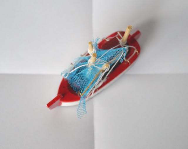 DIY: Kinderleicht Leuchttürme aus Klorollen basteln! Weißes Papier im DIN A4 Format falten und zerteilen: Das ergibt DIN A6!