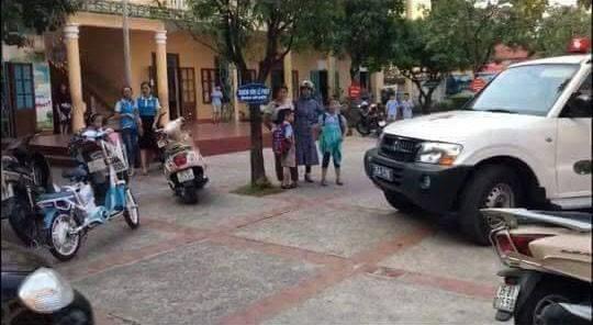 Lực lượng y tế đến ngôi trường xảy ra vụ việc