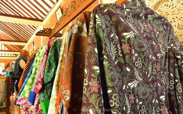 Kemeja batik yang siap untuk dibeli