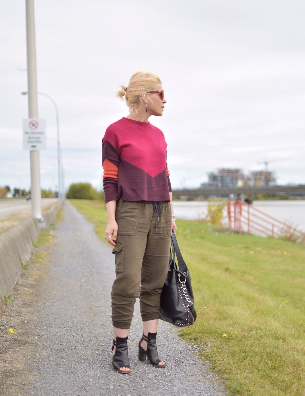 Gen X outfit inspiration c/o Monika Faulkner - colour-blocked sweater, cargo pants, cut-out booties, MK bag