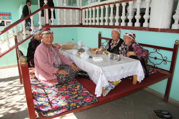 Kirghizistan, Och, rue Aytiev, chaïkhana Aydap-Ata, tapshan, tapchane, © L. Gigout, 2012