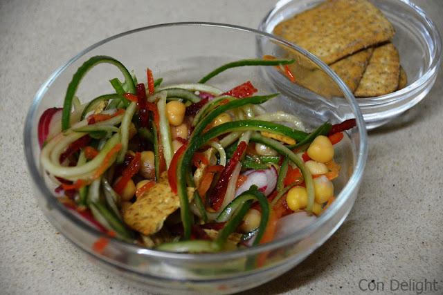 סלט עם קרקרים crackers with salad