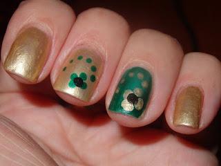 manicura dorada con verde