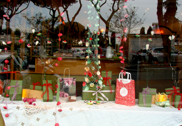 Natale 2016 decorazioni natalizie con fiori di carta  per vetrine e privati. Paper flowers windows display