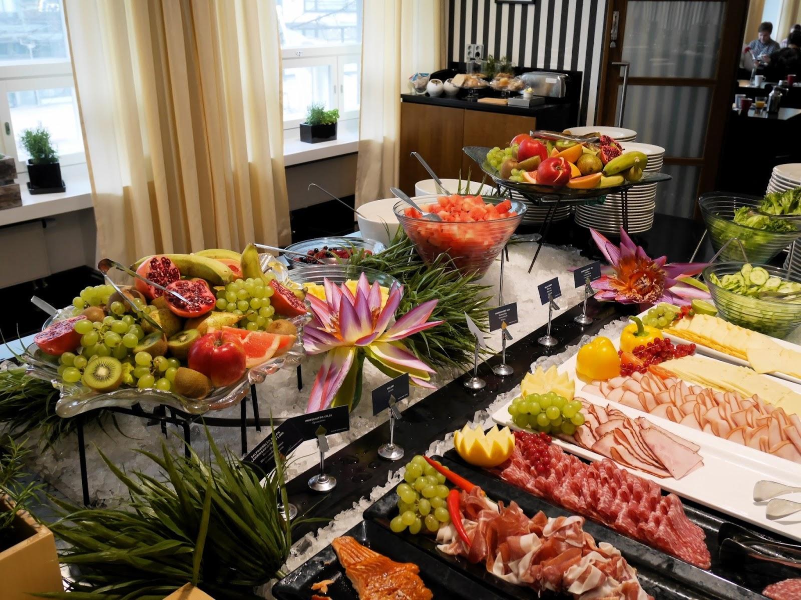 Paikallisuus on Seurahuoneella tärkeää ja se näkyi aamiaistarjonnassa.  Aamiaisella oli ilahduttavan laaja valikoima lähituottajien tuotteita e4d7af9046