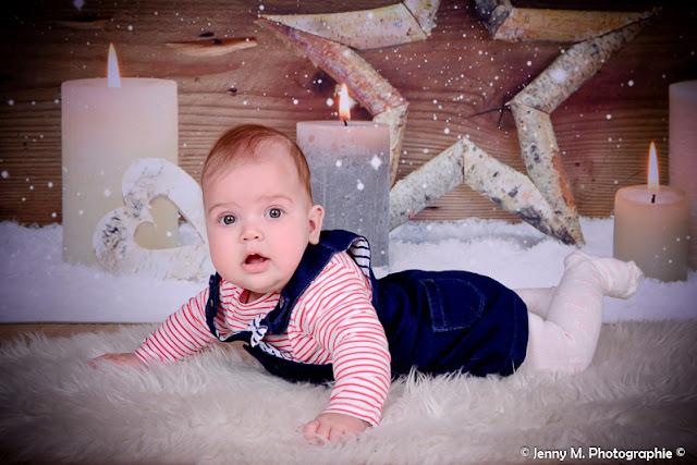 photo bébé en studio avec déco de noël