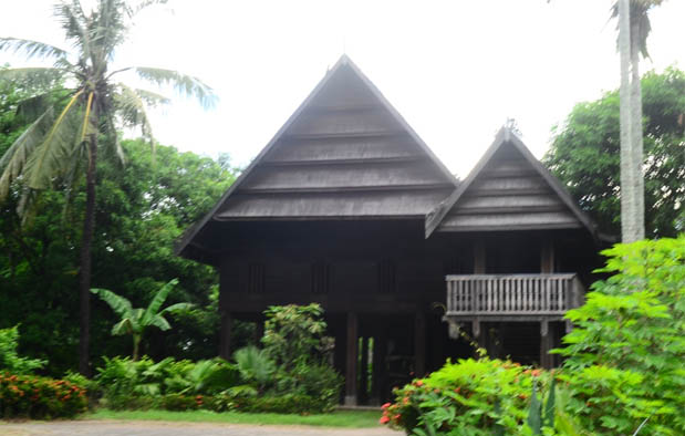 Sulawesi Barat adalah salah satu provinsi di Indonesia yang baru terbentuk pada silam set Rumah Adat Sulawesi Barat (Rumah Boyang), Gambar, dan Penjelasannya