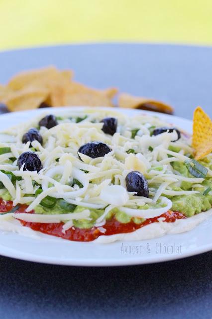 """alt="""" assiette blanche remplie de pizza mexicaine (guacamole revisité)"""""""