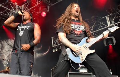 Foto de Sepultura cantando en concierto