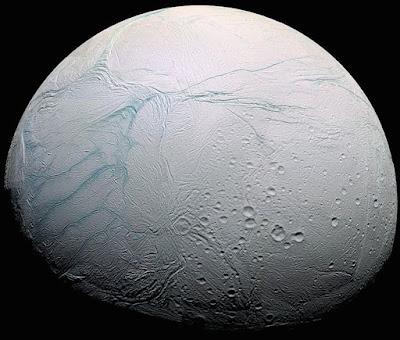 NASA anuncia descoberta de gás hidrogênio em lua Encélado de Saturno