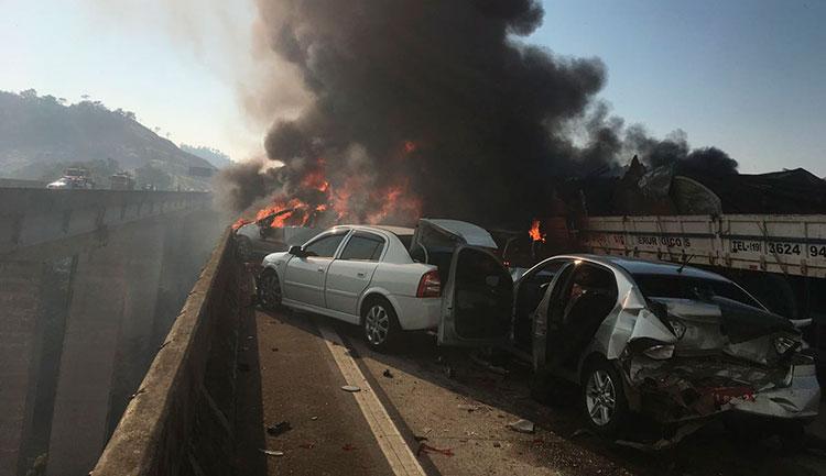 Acidente com 36 veículos provoca incêndio e morte