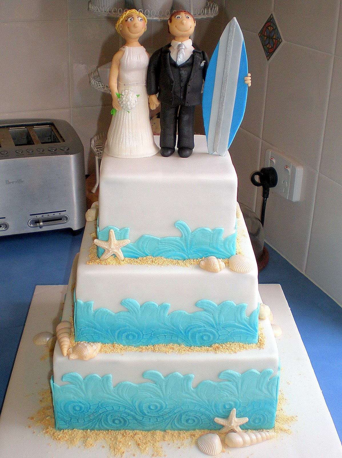 sugar siren cakes mackay beach surfing wedding cake with personalised bride groom toppers. Black Bedroom Furniture Sets. Home Design Ideas